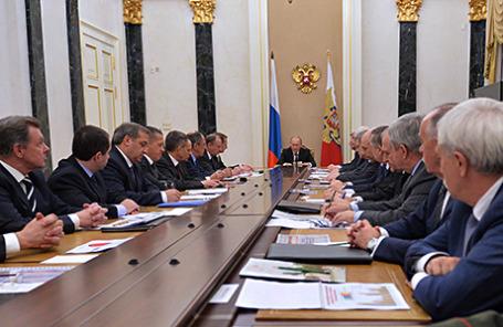 Президент РФ Владимир Путин (в центре на дальнем плане) во время заседания Совета безопасности РФ в Кремле.