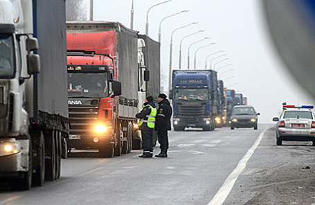 Досмотр транспортных средств на белорусско-российской границе.