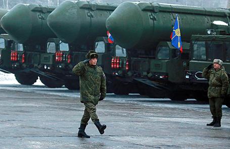 Военные у подвижных грунтовых ракетных комплексов «Ярс» на церемонии отправки в подмосковное Алабино для подготовки к параду Победы на Красной площади, 25 февраля 2016.