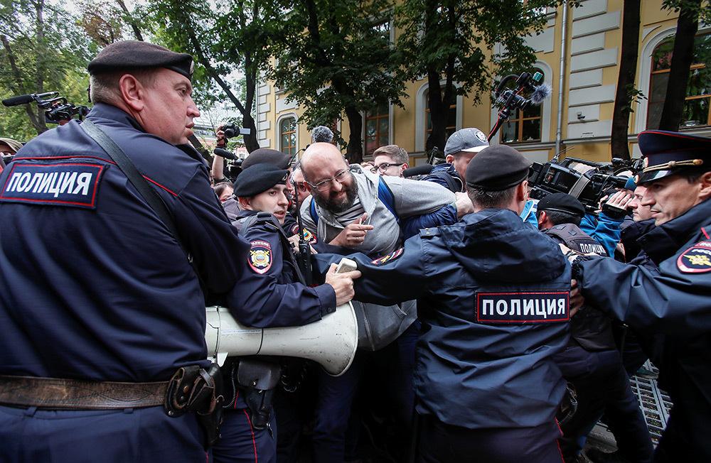 https://cdn.bfm.ru/gallery/full/2019/07/14/2019-07-14t130036z_2005684509_rc1bfec61c00_rtrmadp_3_russia-election-rally.jpg