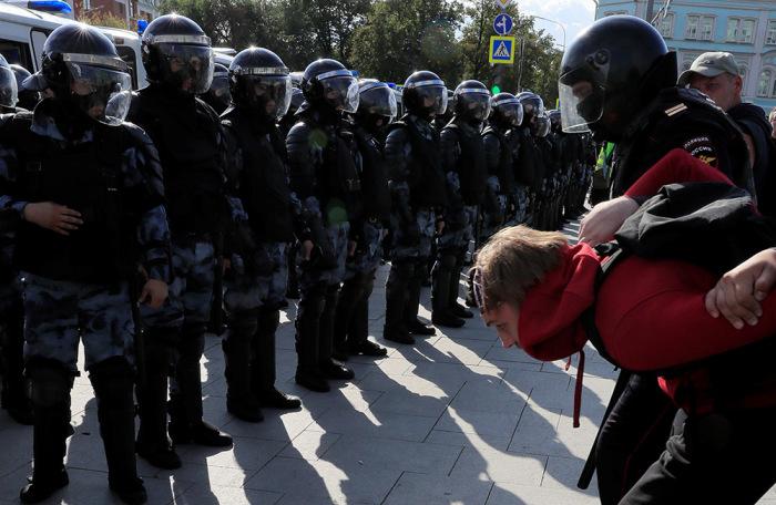 https://cdn.bfm.ru/gallery/width700/2019/08/03/2019-08-03t165507z_1415690341_rc188b3053d0_rtrmadp_3_russia-politics-protests.jpg