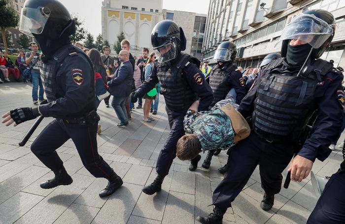 https://cdn.bfm.ru/gallery/width700/2019/08/03/2019-08-03t171237z_282188479_rc1254adc300_rtrmadp_3_russia-politics-protests.jpg