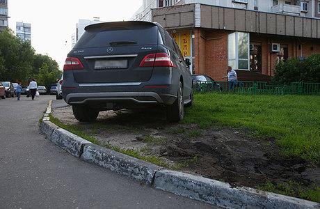 «Помощники Москвы» не дремлют: 90% случаев парковки на газоне выявили неравнодушные граждане