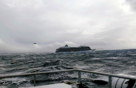 Viking Sky буксируют в порт Молде