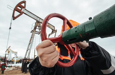 СМИ: Москва и Эр-Рияд согласились сократить добычу нефти на 2,5 млн баррелей в сутки