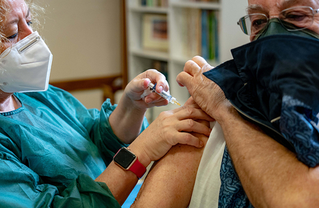 Британские власти хотят искусственно заражать добровольцев, чтобы протестировать вакцину от коронавируса