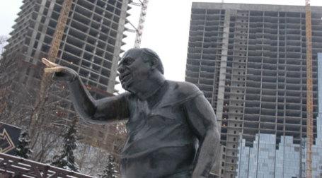 Памятник Евгению Леонову на Мосфильмовской улице  (Фото: ИТАР-ТАСС)