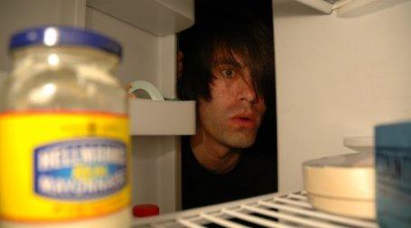 Мужчина заглядывает в холодильник. Фото: restlessglobetrotter/flickr.com