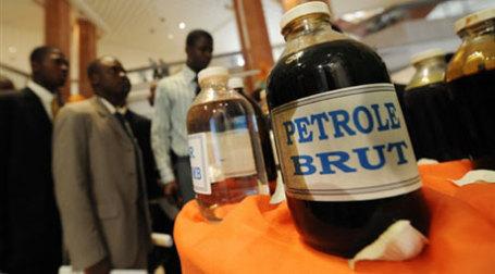 Бутылочка сырой нефти. Фото: AFP