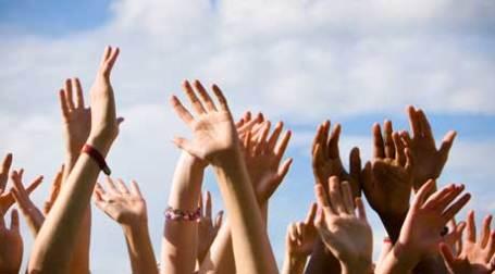 Руки, тянущиеся вверх. Фото: mic wernej/flickr.com