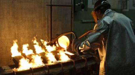 Рабочий выплавляет слитки золота. Фото: REUTERS