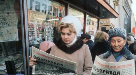 В период кризиса россияне стремятся узнавать из газет правду об экономической ситуации. Фото: ИТАР-ТАСС