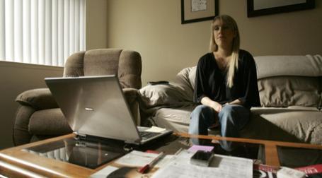 Уволенная сотрудница американской компании в поиске новой работы. Фото: REUTERS