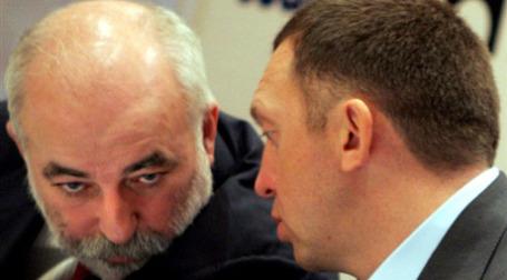 Виктор Вексельберг и Олег Дерипаска во время пресс-конференции. Фото: AFP
