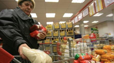 Покупатель в магазине. Фото: BFM.ru