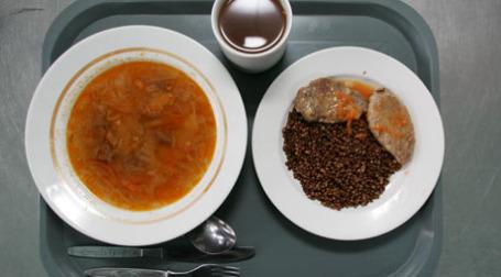 Еда на подносе. Фото: ИТАР-ТАСС