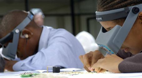 Сортировка алмазов сотрудниками филиала компании De Beers в Ботсване. Фото: debeersgroup.com