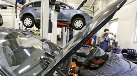 Проблемы страховщиков сказываются на очередях в автомастерские. Фото: ИТАР-ТАСС