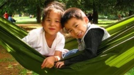Китайские дети в гамаке. Фото: Life in Asia/flickr.com