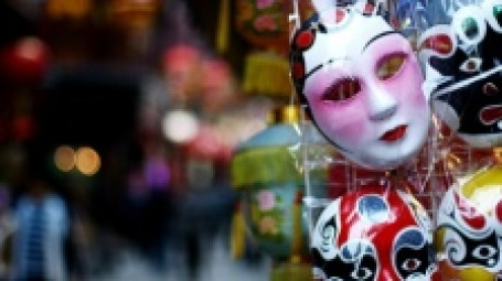 Маски на стенде в торговом центре. Фото: d. FUKA/flickr.com
