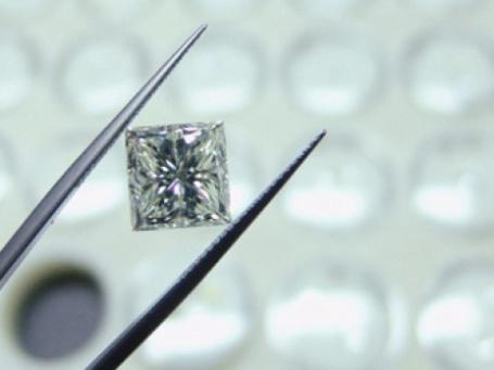 Демонстрация бриллианта. Фото: РИА НОВОСТИ