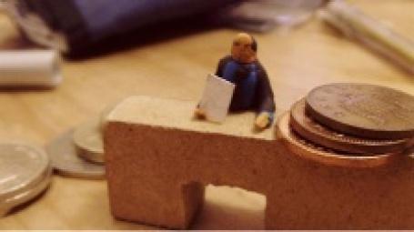 Игрушечный бухгалтер и настоящие деньги. Фото: Lidia Facchinello/flickr.com