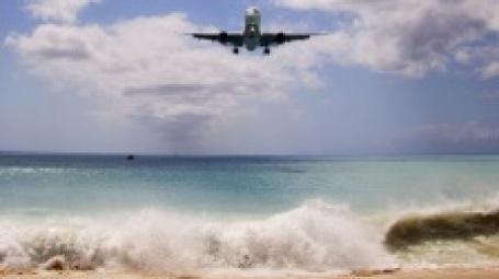 Самолет над пляжем. Фото: matt hintsa/flickr.com