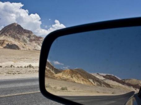 Дорога и горы в зеркале заднего вида автомобиля. Фото: gilus_pl/flickr.com