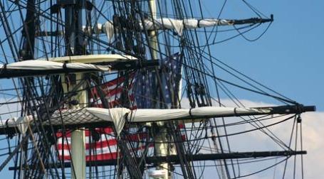 Американский флаг запутался в парусах. Фото: johnny/flickr.com