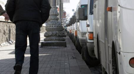 Коммерческий автотранспорт ждет своих заказов. Фото: PhotoXPress