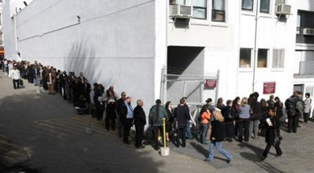 Очередь безработных на ярмарку вакансий в США. Фото: AFP