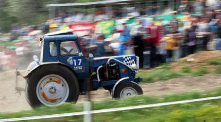 Трактор «Беларусь» участвует в гонках по пересеченной местности. Фото: ИТАР-ТАСС