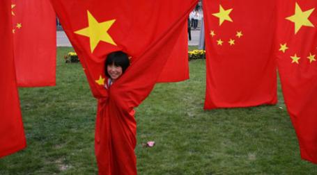 Девочка и китайские флаги. Фото: dondomingo/flickr.com