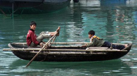 Мальчики на лодке. Фото: latigi/flickr.com
