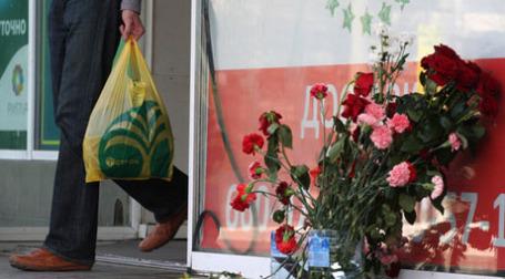 Цветы около супермаркета «Остров» на Шипиловской улице. Фото: РИА НОВОСТИ