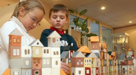 Дети строят жилье из кубиков. Фото: PhotoXPress