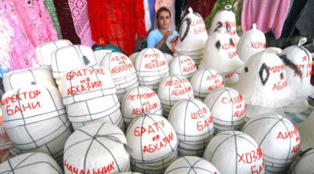 Уличная торговля сувенирами в Абхазии. Фото: PhotoXPress