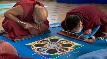 Монахи и мандала. Фото: РИА НОВОСТИ