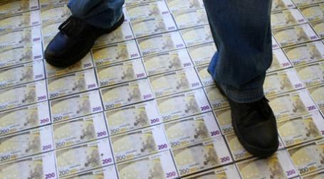 Пол с изображениями евро. Фото: РИА НОВОСТИ