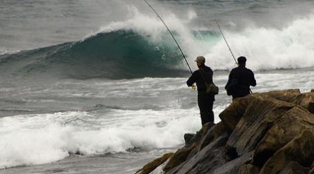 Рыбаки на берегу океана. Фото: tom mcc/flickr.com