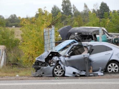 Разбитые машины на обочине дороги. Фото: PhotoXPress