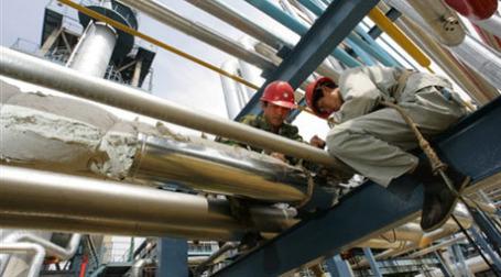 Китай построит новые нефтехранилища. Фото: AFP