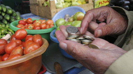 Пенсионер покупает овощи. Фото: РИА НОВОСТИ