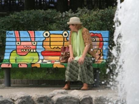 Раскрашенные лавочки очень нравятся горожанам. Фото: BFM.ru
