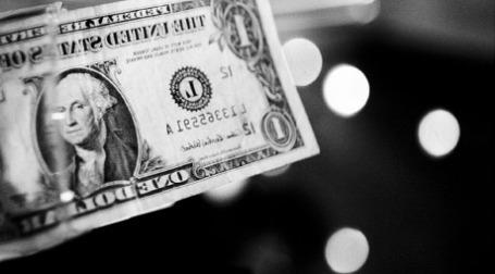 Долларовая купюра в зеркальном отражении. Фото: Thomas Hawk/flickr.com