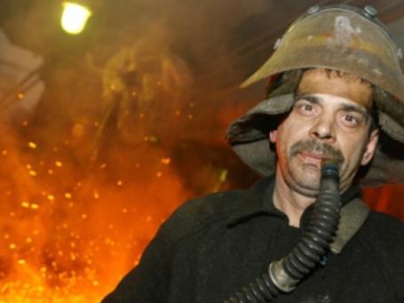 Рабочий в плавильном цехе Никелевого завода ОАО