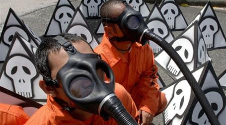 Люди в противогазах. Фото: AFP