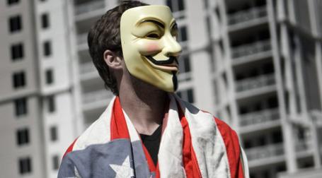 Мужчина в маске с флагом США на плечах. Фото: Anonymous9000/flickr.com