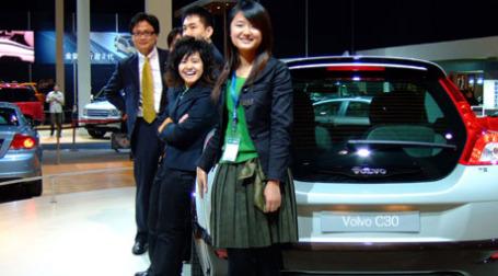 Китайская молодеж и автомобиль Вольво. Фото: carey loh/flickr.com