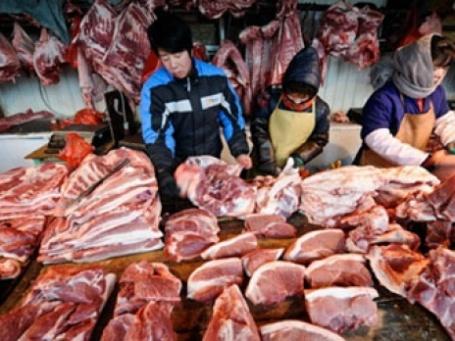 Прилавок со свиникой. Фото: AFP